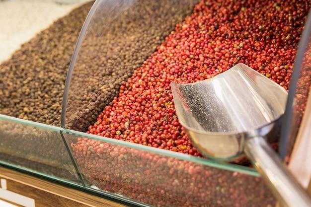 Primo piano di diverse spezie sul mercato di vendita di spezie orientali