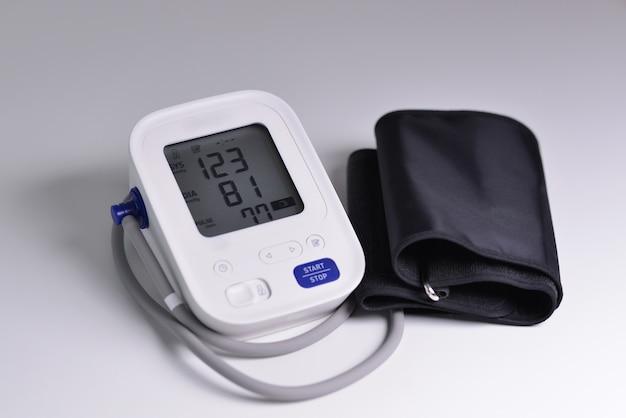 Primo piano del monitor digitale della pressione sanguigna con indicatori di misurazioni sullo schermo