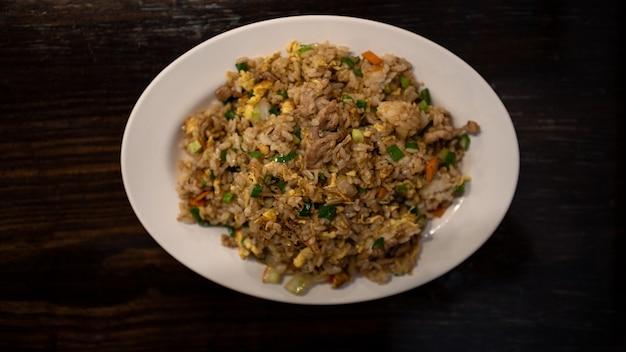 Primo piano che mangia un popolare riso fritto taiwanese con uova di maiale e verdure cibo tradizionale taiwanese
