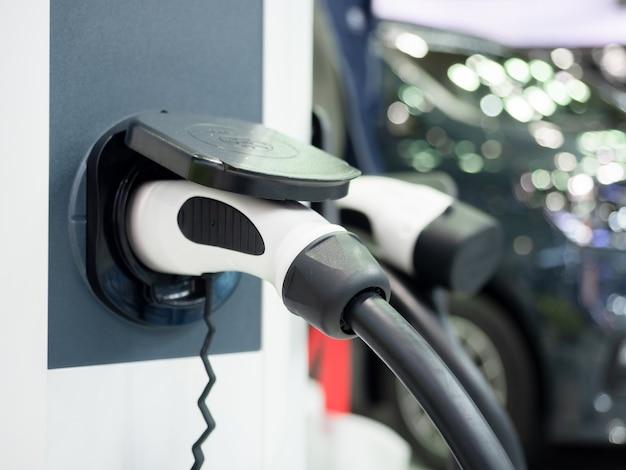 Spina del veicolo di ricarica elettrica del primo piano per ricaricare la batteria dell'energia pulita dell'auto per il concetto futuro