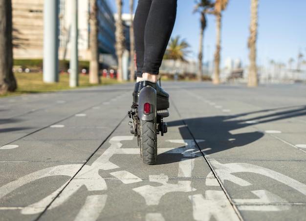 Primo piano di uno scooter elettrico in una corsia speciale per i ciclisti