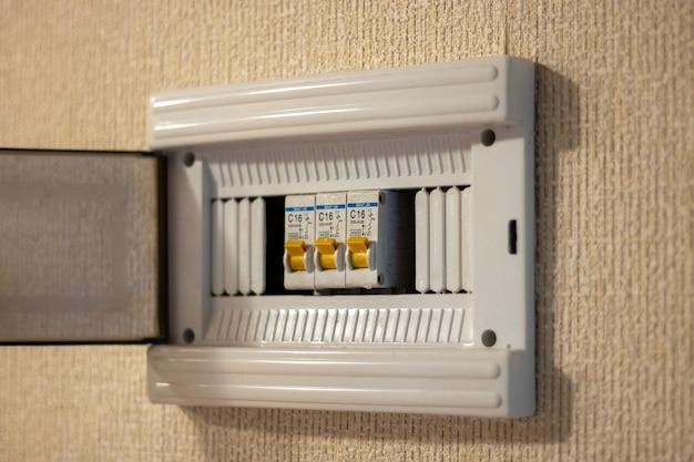 Primo piano di un quadro elettrico con interruttori nell'appartamento