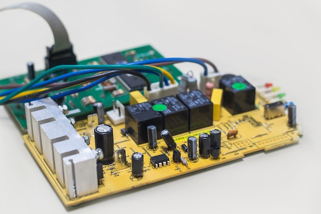 Primo piano sull'alimentazione della scheda elettronica, immagine sfocata e tonica, messa a fuoco sul dispositivo