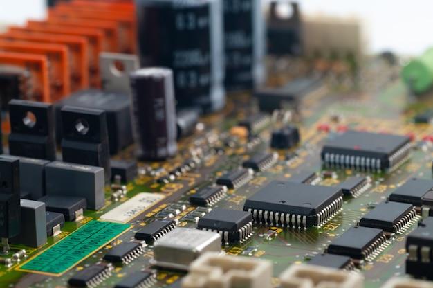Primo piano del circuito elettronico pcb con microchip