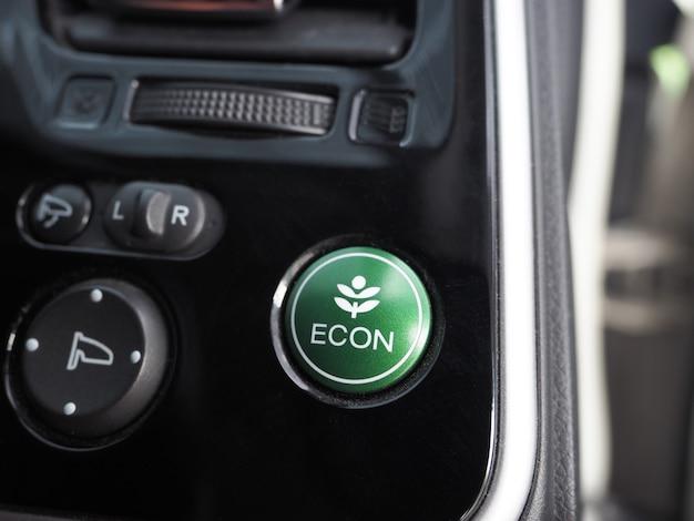 Pulsante della modalità di risparmio energetico del primo piano dell'auto ecologica lucida e pulita