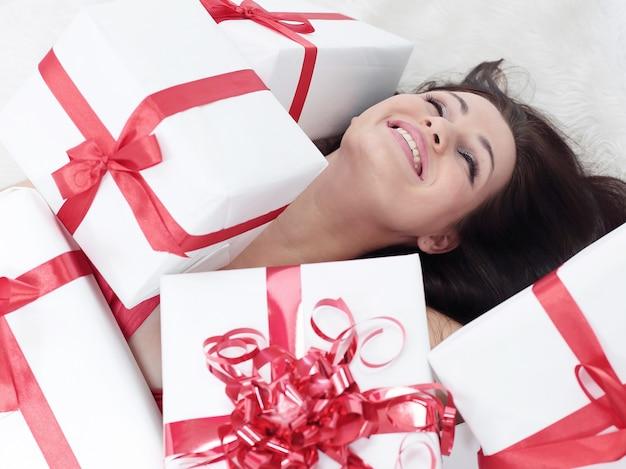 Avvicinamento. entusiasta bella donna con il suo regalo.foto con copia spazio.