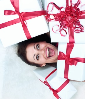 Bella donna entusiasta del primo piano con il suo regalo