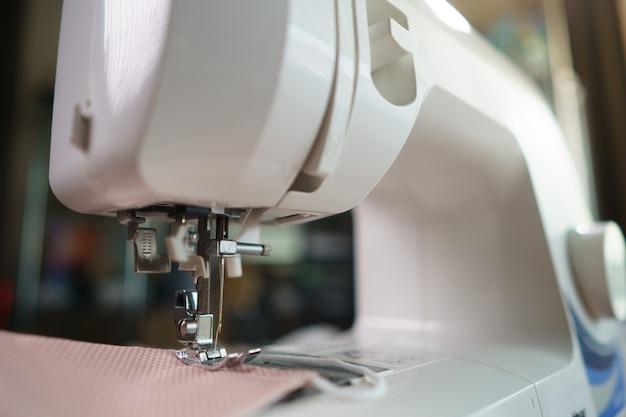 Primo piano dei tessuti e della macchina per cucire per cucire.