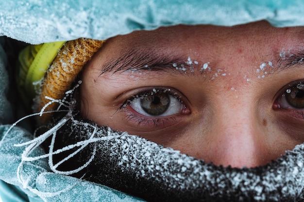 Primo piano di un alpinista femminile in inverno a glen coe, scotland