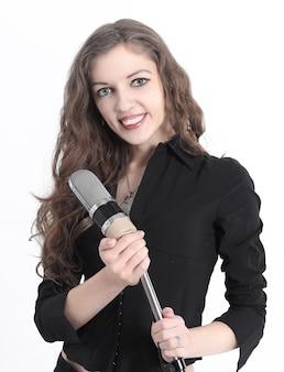 Avvicinamento. la cantante prende il microfono .isolato su un bianco
