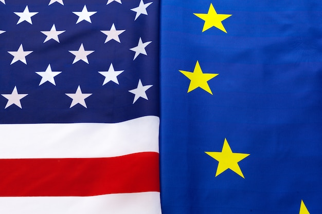 Primo piano delle bandiere di usa e dell'unione europea che si trovano insieme sulla tavola