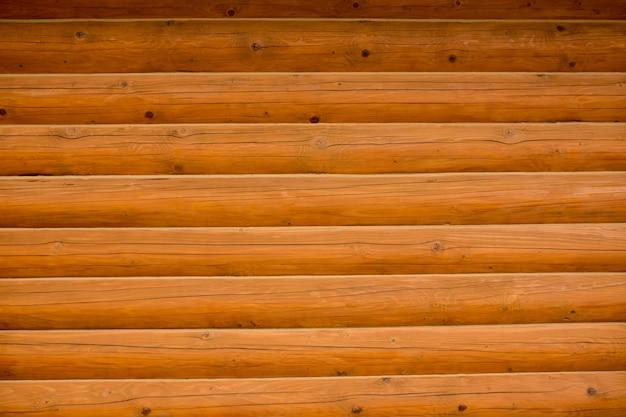 Frammento del primo piano della parete di legno in casa rurale
