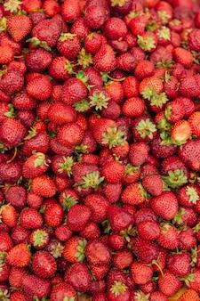 Primo piano di sfondo di fragole rosse fresche? Foto Premium