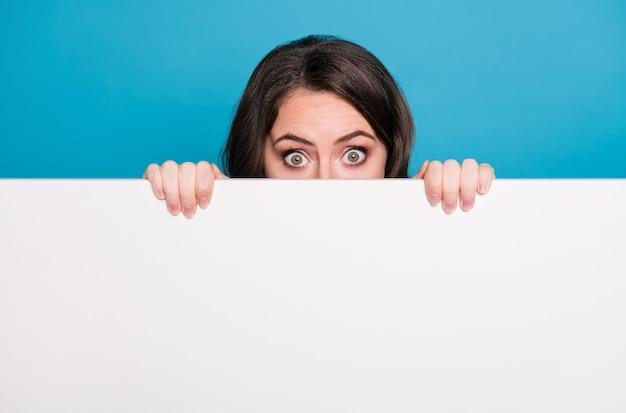 Primo piano divertente pazza signora vuota banner pubblicitario che nasconde la faccia