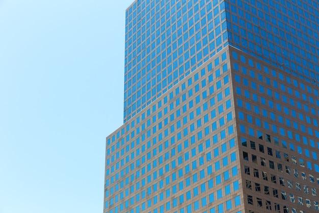 Primo piano dell'edificio in vetro e cemento.