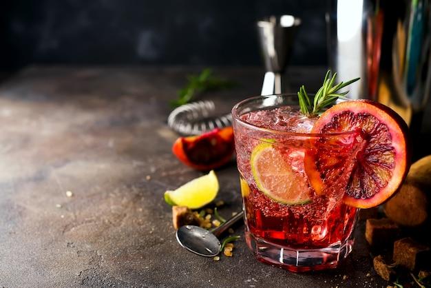 Primo piano bicchiere di cocktail levriero decorato con pompelmo