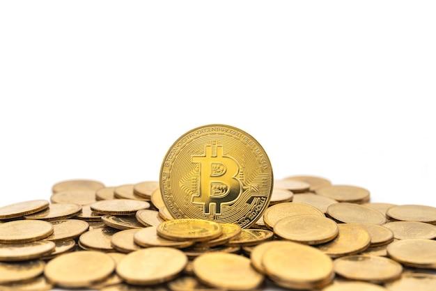 Primo piano della moneta bitcoin oro con un mucchio di monete