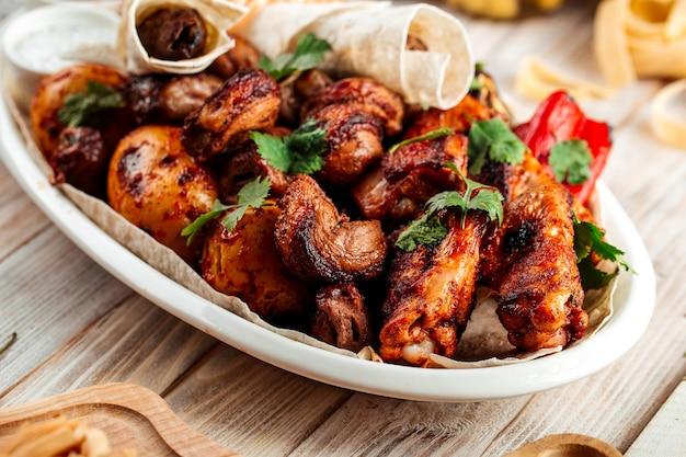 Primo piano sul piatto di carne shashlyq alla griglia con pane pita