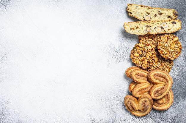 Primo piano di un gruppo di biscotti assortiti. sfondo bianco. vista dall'alto. copia spazio.