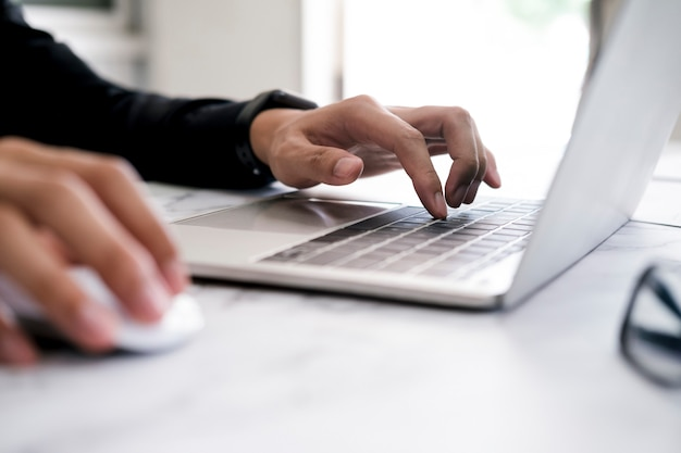 Software per computer di programmazione di codifica a mano del primo piano. utilizzo della tecnologia di connessione online per affari o istruzione e comunicazione.