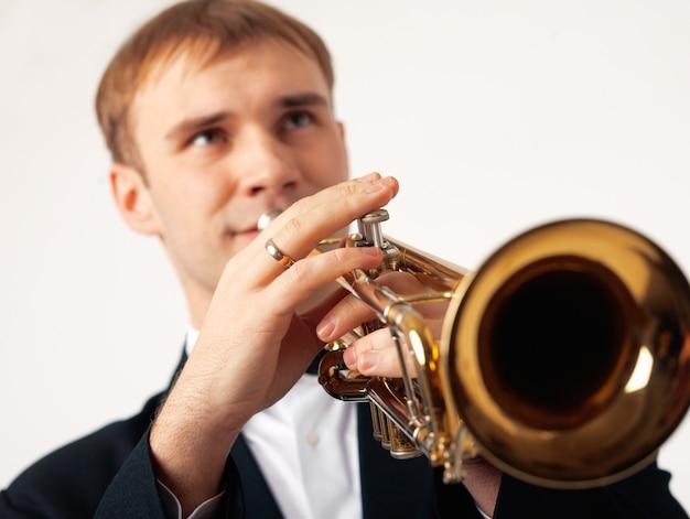 Primo piano delle mani di un musicista europeo che suona la tromba