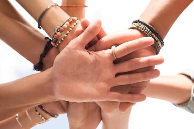Mani del primo piano di un gruppo di persone