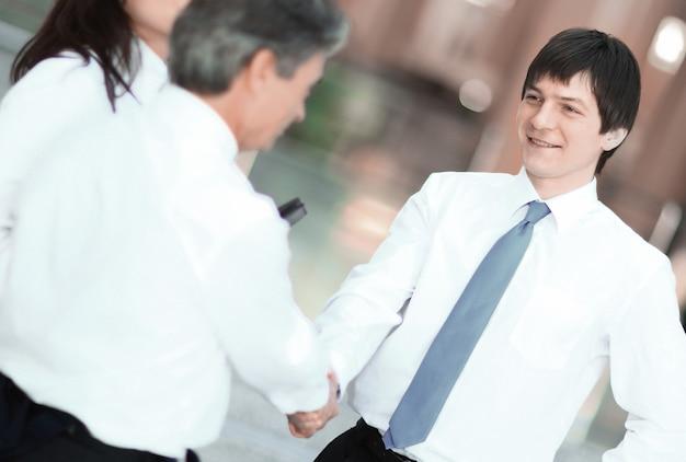 Primo piano .stretta di mano uomini d'affari in ufficio.il concetto di partnership