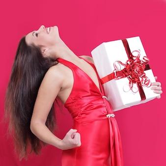 Bella donna felice del primo piano che gode del suo regalo