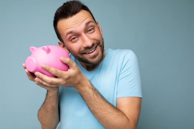Primo piano di felice positivo sorridente giovane bello brunet uomo con la barba lunga con la barba con sincero