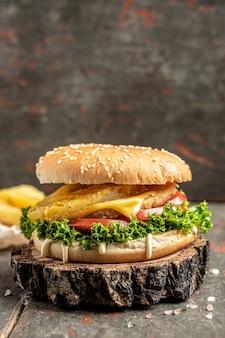 Primo piano di hamburger fatto in casa su fondo di legno. cibo da asporto o consegna a domicilio