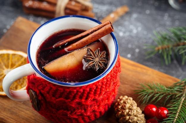 Primo piano sulla bevanda calda del vin brulé in una tazza accogliente