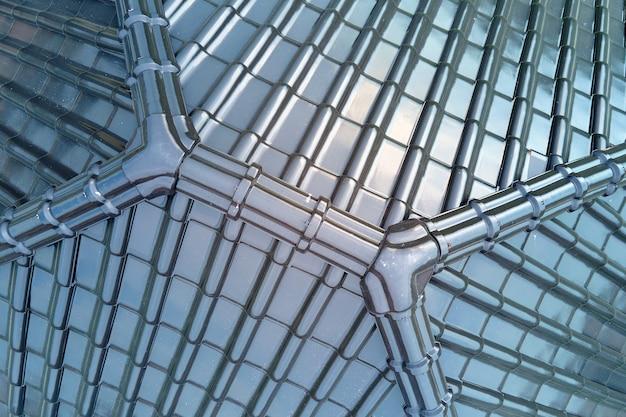 Primo piano del tetto della casa coperto con scandole in ceramica lucida.