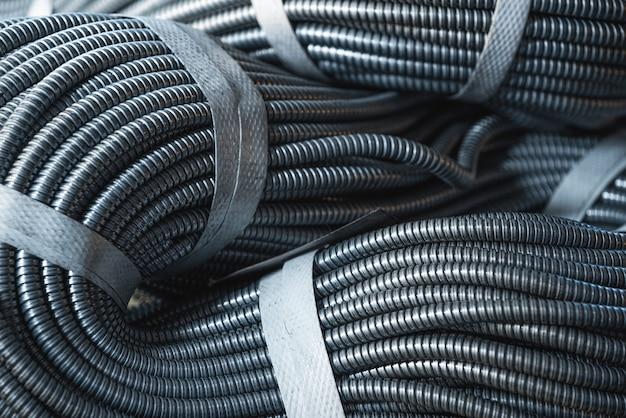 Primo piano di un enorme fascio di tubi flessibili metallici interconnessi