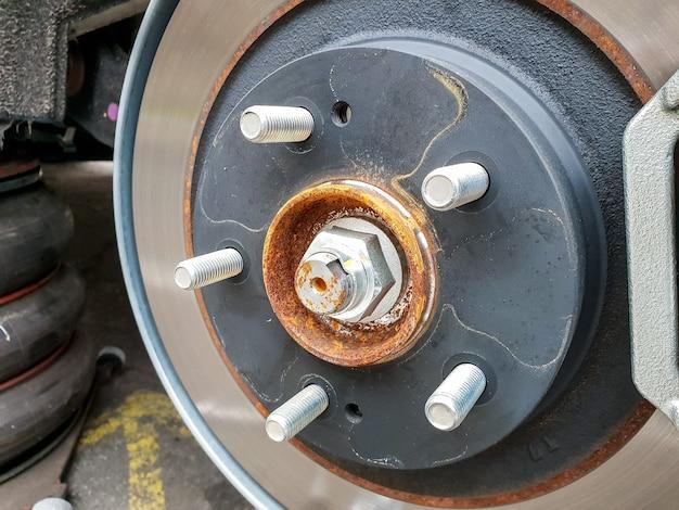 Immagine del primo piano del disco del freno dell'auto con un po' di ruggine sulle parti metalliche
