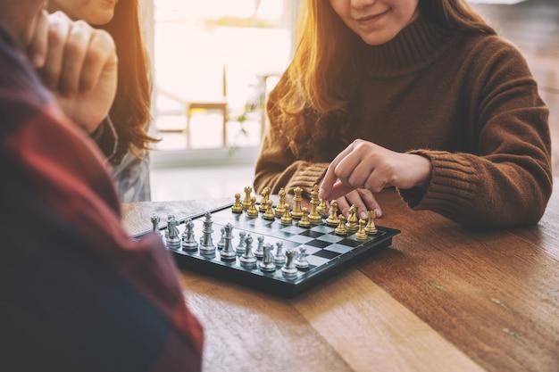 Immagine del primo piano di persone che si muovono e giocano a scacchi insieme