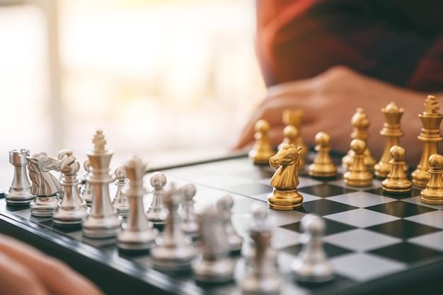Immagine del primo piano di persone che giocano insieme a scacchiera