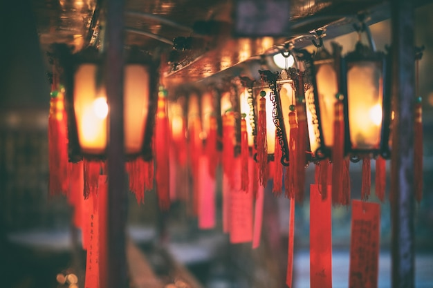Immagine del primo piano delle lampade rosse e dei desideri nel tempio cinese