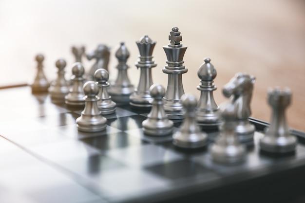 Immagine del primo piano di un set di scacchi color argento sulla scacchiera