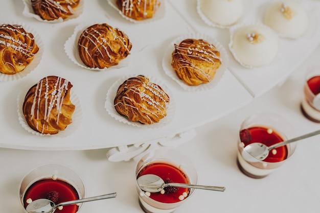 Immagine del primo piano di varie piccole torte gustose con ripieno diverso