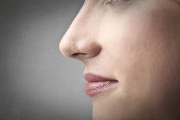 Immagine del primo piano di un naso di donna Foto Premium