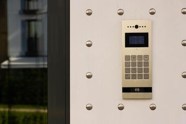 Primo piano del citofono in edificio residenziale di nuova costruzione