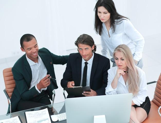 Primo piano team internazionale di affari che discute di questioni aziendali