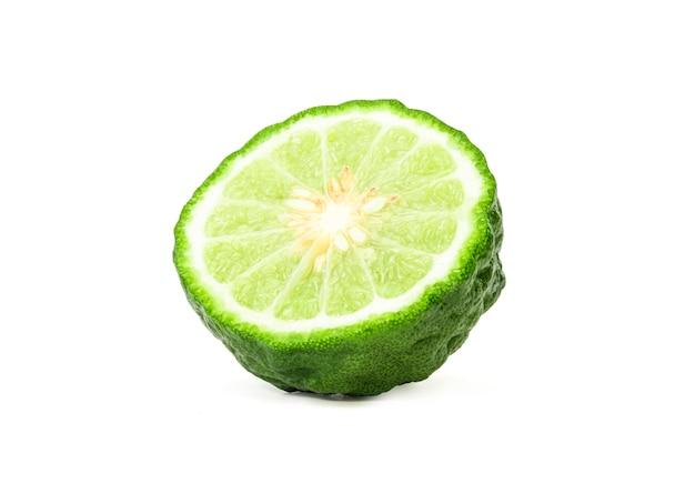 Primo piano dell'isolato di una mezza frutta del bergamotto