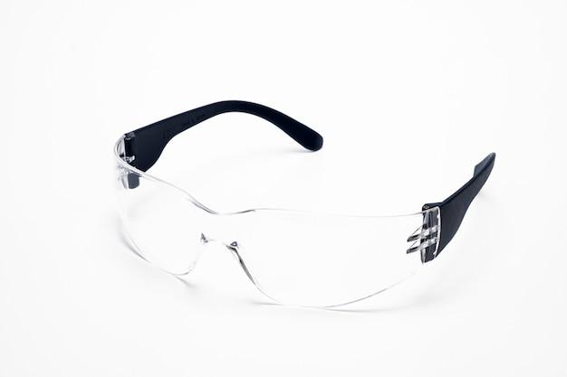 Primo piano degli occhiali di protezione isolati su bianco