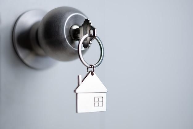 Chiave del primo piano sulla porta, concetto di prestito personale