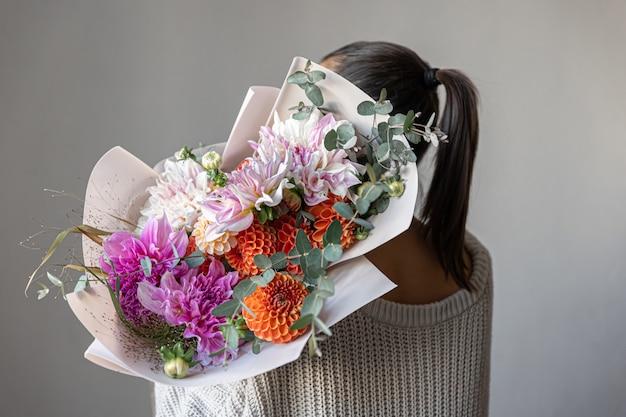 Primo piano di un grande bouquet festivo con fiori di crisantemo