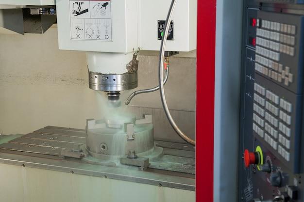 Tornio in primo piano e refrigerante durante la lavorazione