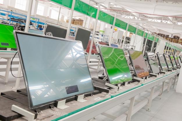 Primo assemblaggio del trasportatore della linea e test dei televisori in un'officina