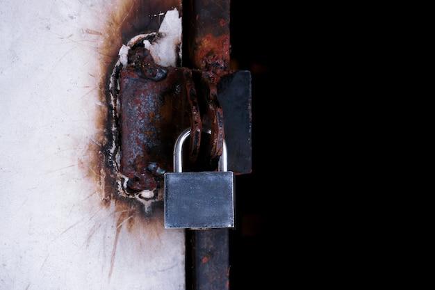 Cancello chiuso del primo piano, lucchetto su un cancello di ferro del metallo.
