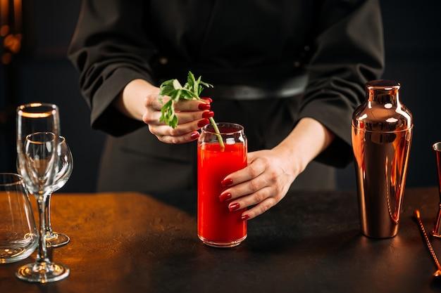 Primo piano sulla preparazione di bloody mary cocktail con sedano